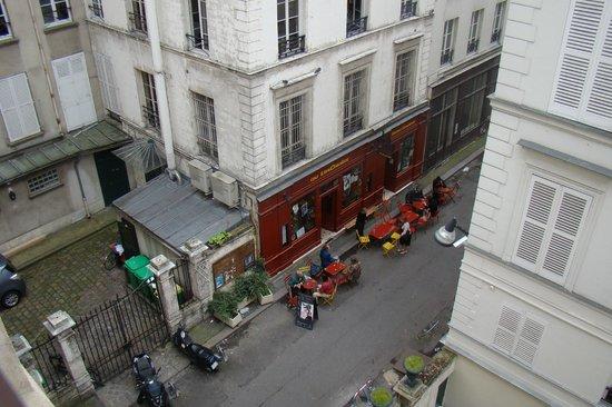 Hotel Bresil Opera: Вид из номера 47 на соседнее кафе