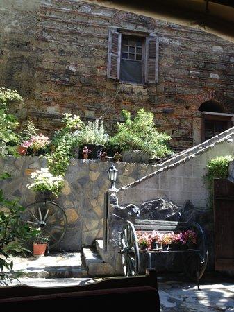 Stone Hotel: Giardino interno