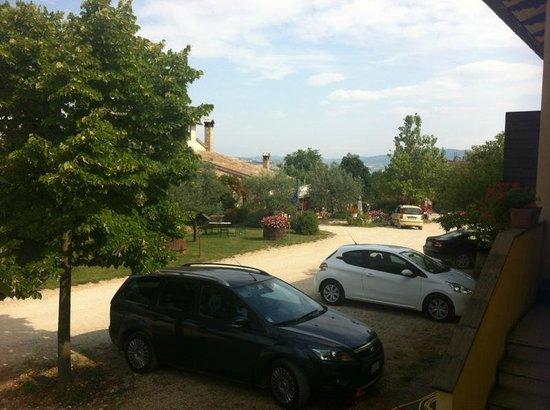 Agriturismo Del Quondam Vittorio: Vista del piazzale antistante la casa patronale