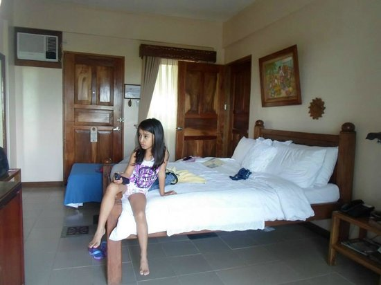 Amarela Resort: my daughter watching cartoons