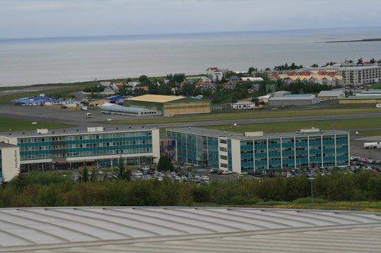 Icelandair Hotel Reykjavik Natura: Blick vom Perlan Hügel ... hinten sieht man die Landebahn