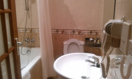 East African All Suite Hotel & Conference Centre: The bathroom..