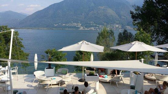 Giardino Lago: Sicht vom Zimmer auf die Roofe Lounge und den See