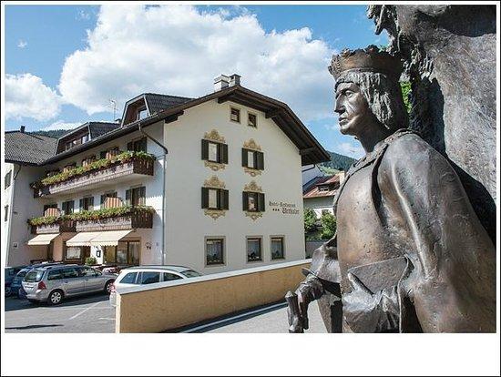 Hotel Urthaler: Hotel e statua di Massimiliano