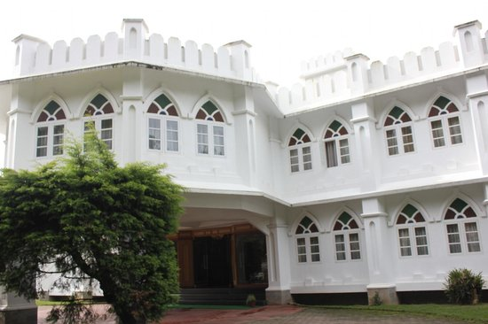 Hotel Fort Munnar: A view of the Hotel from the road