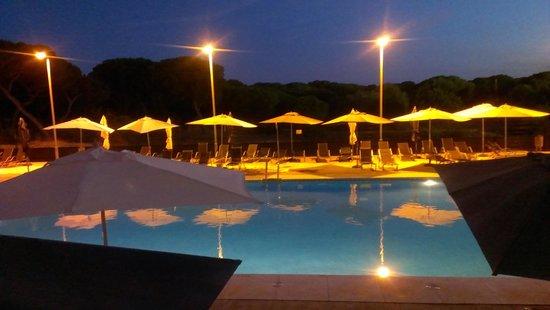 Apartamentos Leo Deluxe: piscinas de noche