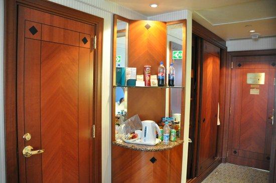 Madinah Hilton : tea/coffee area, double rrom (2012)