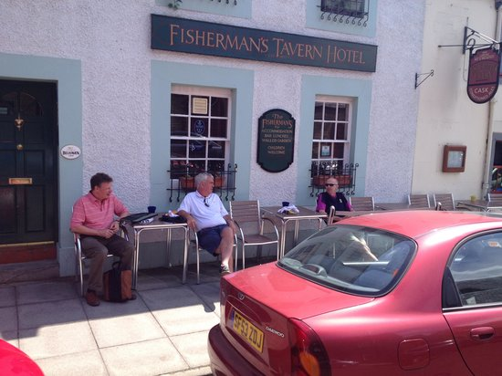 Fisherman's Tavern Hotel: Relaxing outside before heading off to Carnoustie