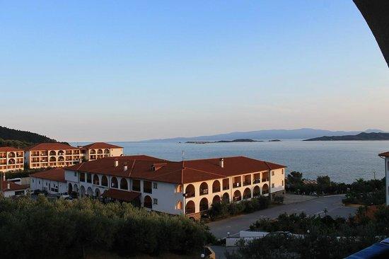Akrathos Beach Hotel: Zimmeraussicht am Abend der Ankunft.