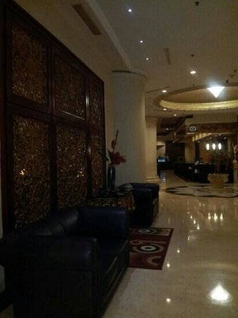 Golden Boutique Hotel Angkasa: in front of front desk