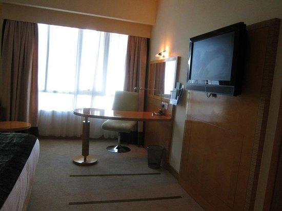Holiday Inn Dar Es Salaam City Centre: TV - Desk