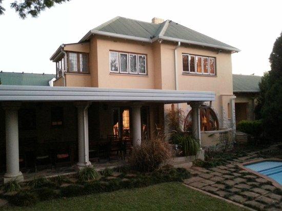 Pebble Fountain Guesthouse: Terrase