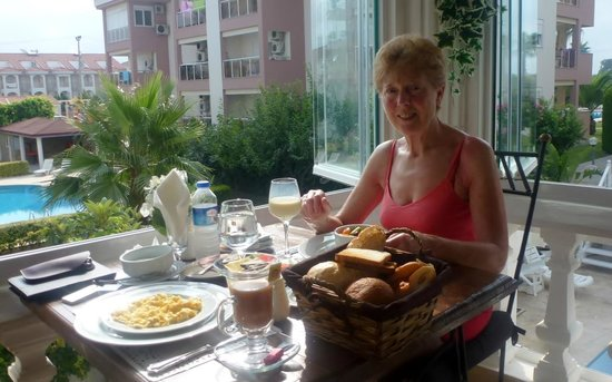 Conny's Hotel: Breakfast above the Pool