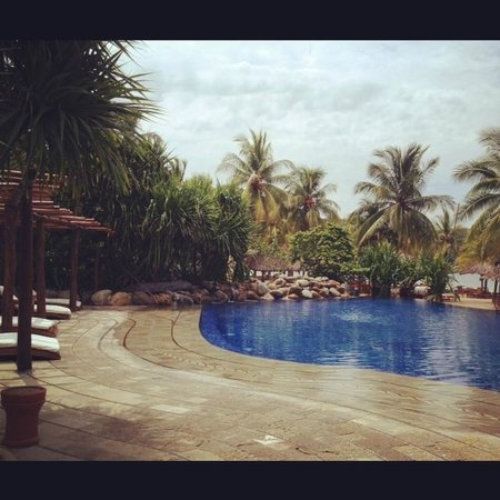 Viceroy Zihuatanejo: Main pool by the beach