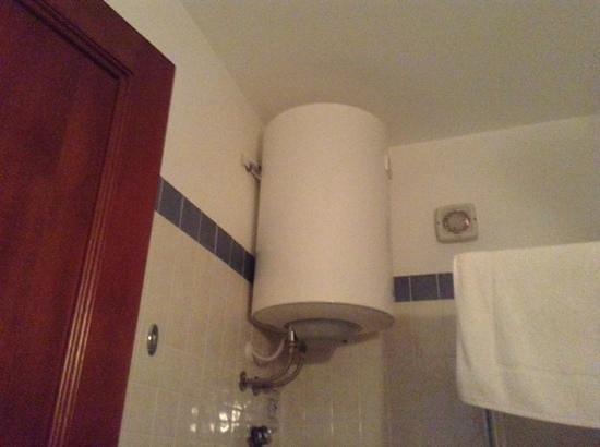 Hotel / Villaggio Cala Mancina: SCALDABAGNO....... URLANTE