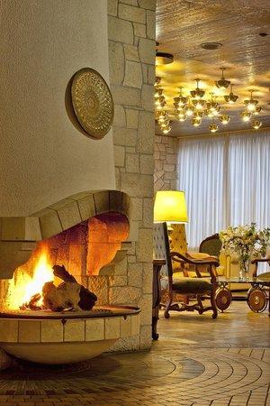 Civitel Akali Hotel: Akali Hotel Fireplace