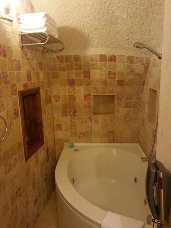 Cappadocia Cave Suites: Bathroom with jacuzzi