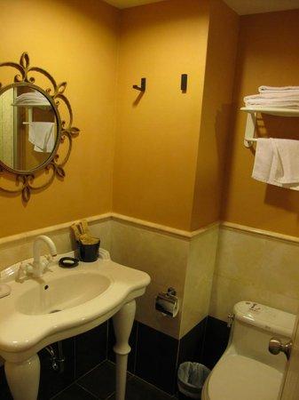 Elizabeth Hotel: Bathroom