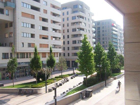 CorvinLux Aparthotel: Balcony overlooking plaza