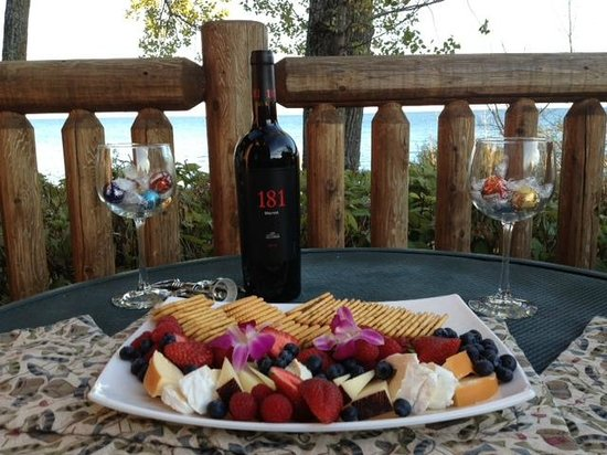 Grand Superior Lodge: Wine with cheese, crackers, chocolate and berries we enjoyed on our deck over looking the lake.