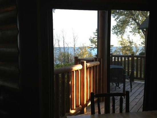 Grand Superior Lodge: Deck with table and grill and view of the lake