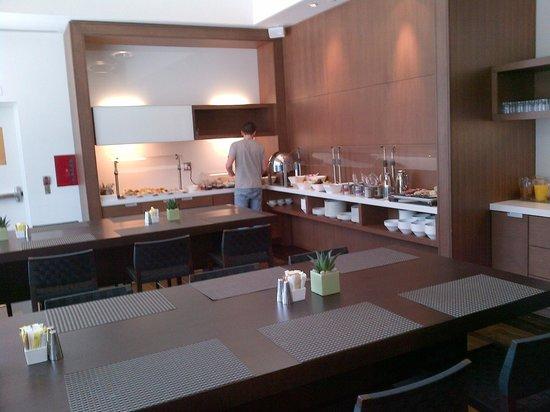 Hotel Le Germain Maple Leaf Square : Breakfast room