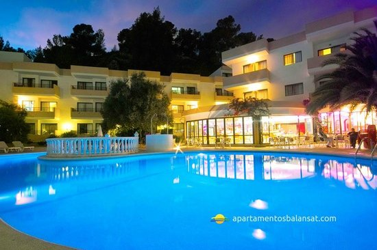 Balansat Apartamentos Prestige: Swimming pool view at night
