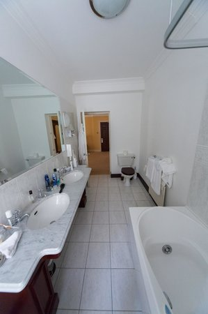 Ross Lake House Hotel : View of the Bathroom