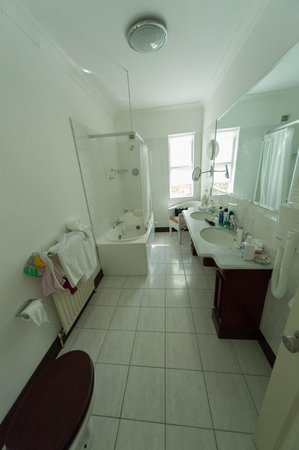 Ross Lake House Hotel: View of the Bathroom