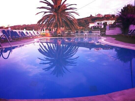 Tsaros Apartments: Pool area at Tsaros