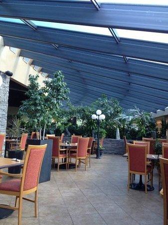 BEST WESTERN Mirage Hotel Restaurant: warm and welcoming atrium seating