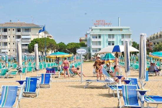 Hotel Airone: Prywatna plaża hotelu - ładne kremowo-niebieskie parasole i leżaki