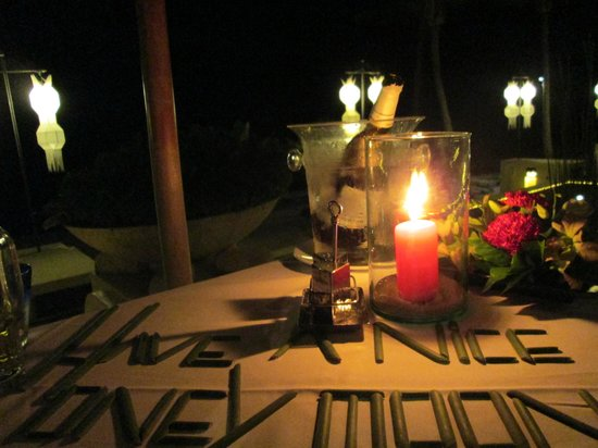 Pavilion Samui Villas & Resort: cenetta in riva al mare