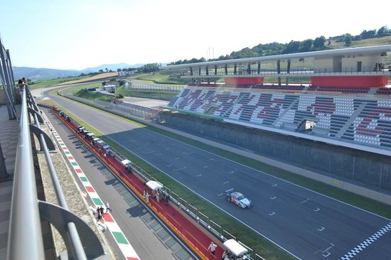 Autodromo del Mugello: Vista dalla terrazza sopra i box