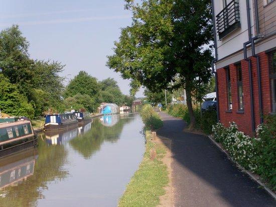 Premier Inn Stratford Upon Avon Waterways Hotel: canal walk