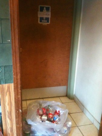 Pontillo's Pizza & Pasta: Ladies' room blocked by trash
