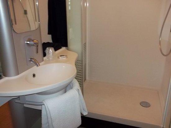 Ibis Styles Nimes Gare Centre : angolo bagno