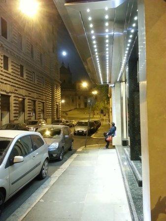 Hotel Commodore Roma: Desde el ingreso al hotel, con vista a la Basílica