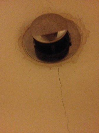 Red Roof Inn Macon: sink cracked and falling apart
