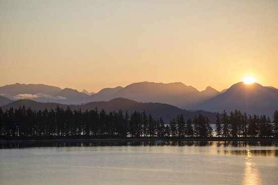 Quadra Island Harbour House B&B: Sunrise from the Sunrise Suite