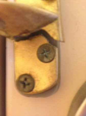 Red Roof Inn Macon: door safety latch was broke