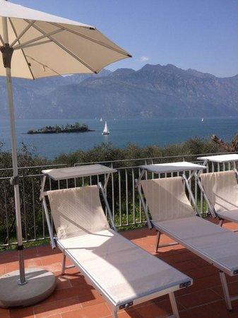 Hotel Roma Aparthotel: bordo piscina con vista lago