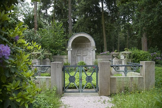 Hauptfriedhof : A whole family plot
