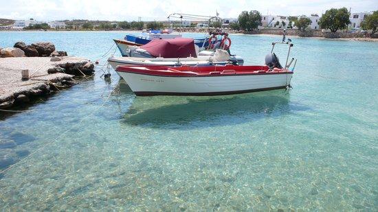 Contaratos Beach Hotel: dietro alle barche gli ombrelloni dell'hotel, golfetto e spiaggia molto belli