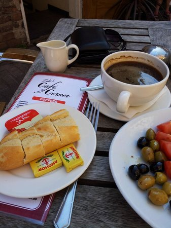 Cafe on the corner: Very nice coffee. The bread and jam comes with the Turkish breakfast