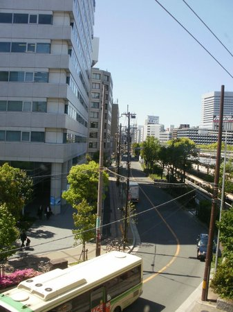 Shin-Osaka Station Hotel: Street towards hotel