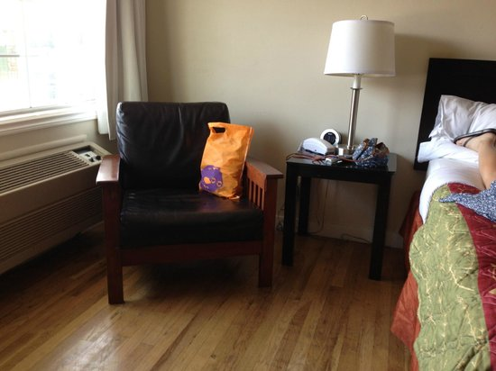Bay Front Inn: Nice vintage hardwood floor in guest room