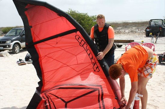 Bonaire Kiteschool : Filling the kite with Air Pressure