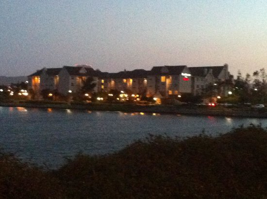 Residence Inn San Francisco Airport/Oyster Point Waterfront: At night from bay trail