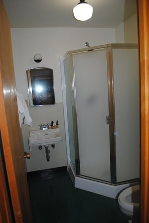 Swiftcurrent Motor Inn and Cabins: roomy shower